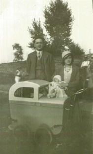 Berthe avec Joseph son mari et un de leurs enfnats